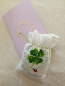 Un cahier et une pochette brodés par Isa herself
