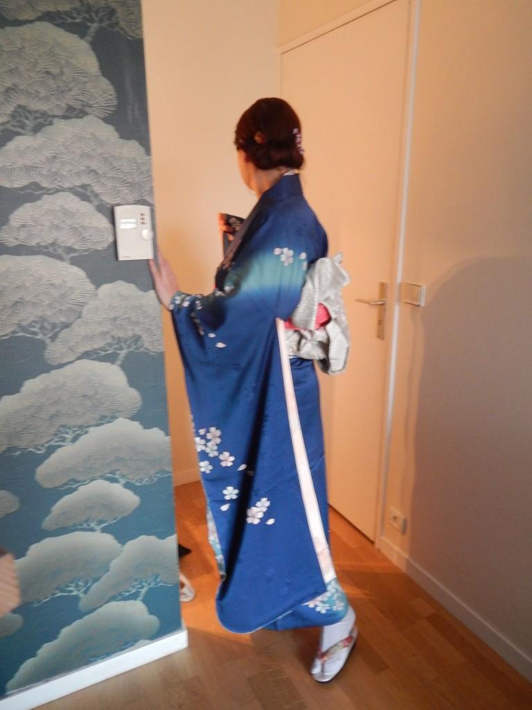 Admirez au passage le superbe papier peint de notre chambre