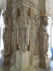 Les angles du cloître, où les statues de saints encadrent des scènes du Nouveau Testament