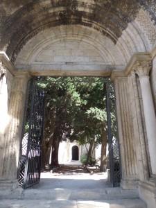 Une fois le portail franchi, on se retrouve dans un espace à ciel ouvert