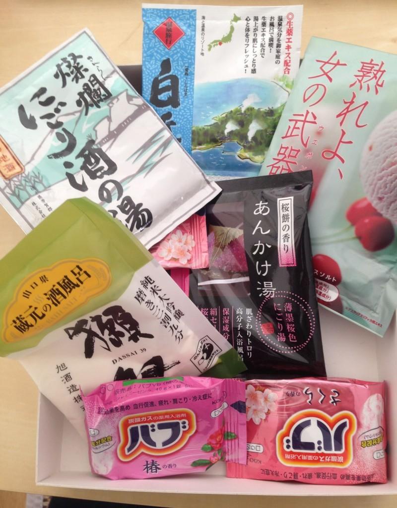 Galets effervescents au cerisier et au momiji, poudre de bain au saké, aux gâteaux ou aux minéraux issus des sources thermales.