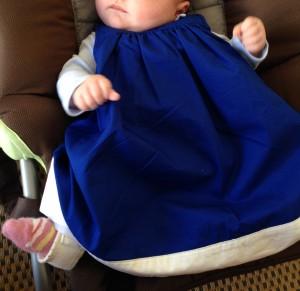 Robe Petit Bateau, taille 6 mois sur Crevette de 3 mois. On voit un bout de l étrier
